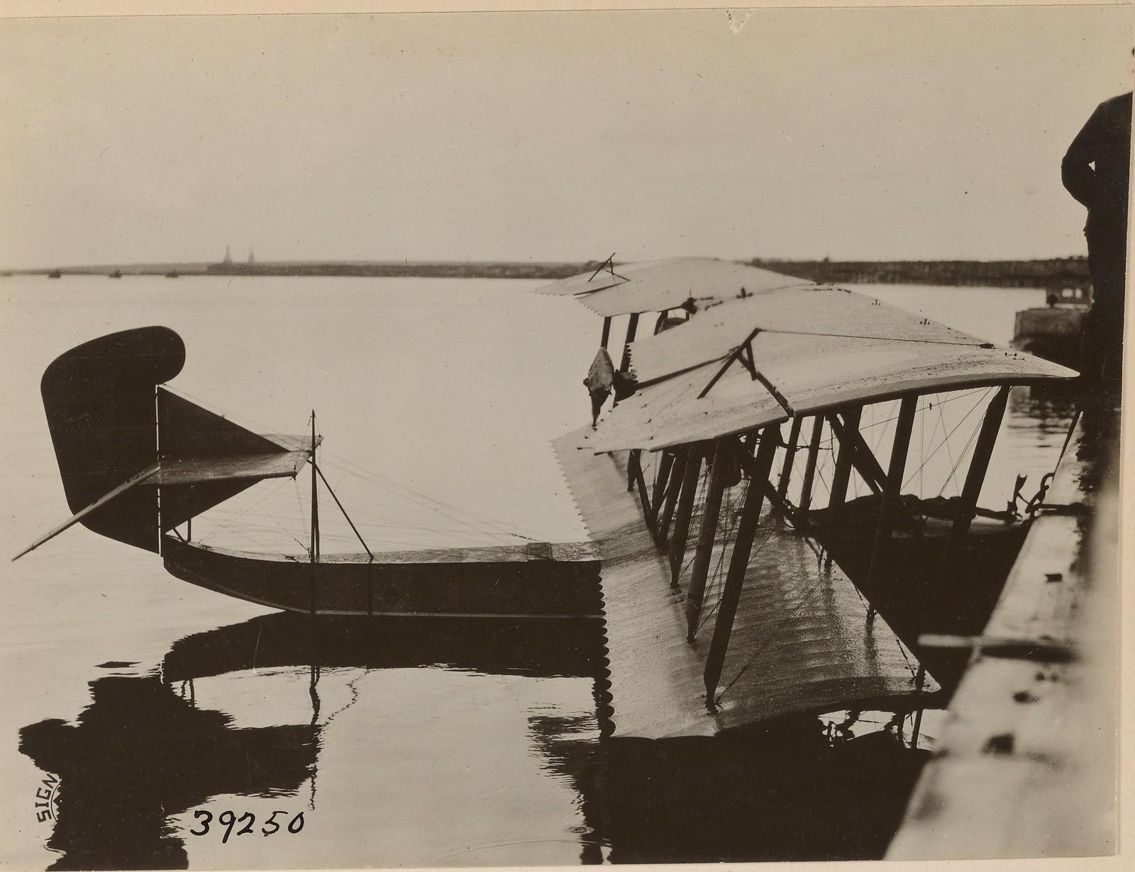 14. Бакарица. Английский пилот и его гидроплан