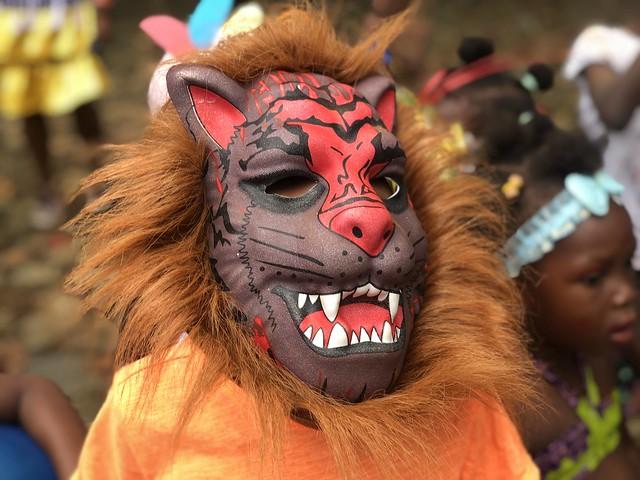 Niño disfrazado de león en el carnaval de Roça Sundy en Príncipe