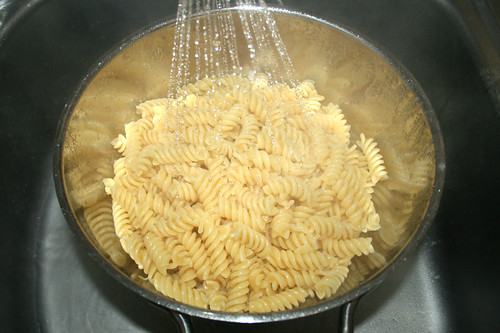 13 - Nudeln abtropfen lassen / Drain pasta
