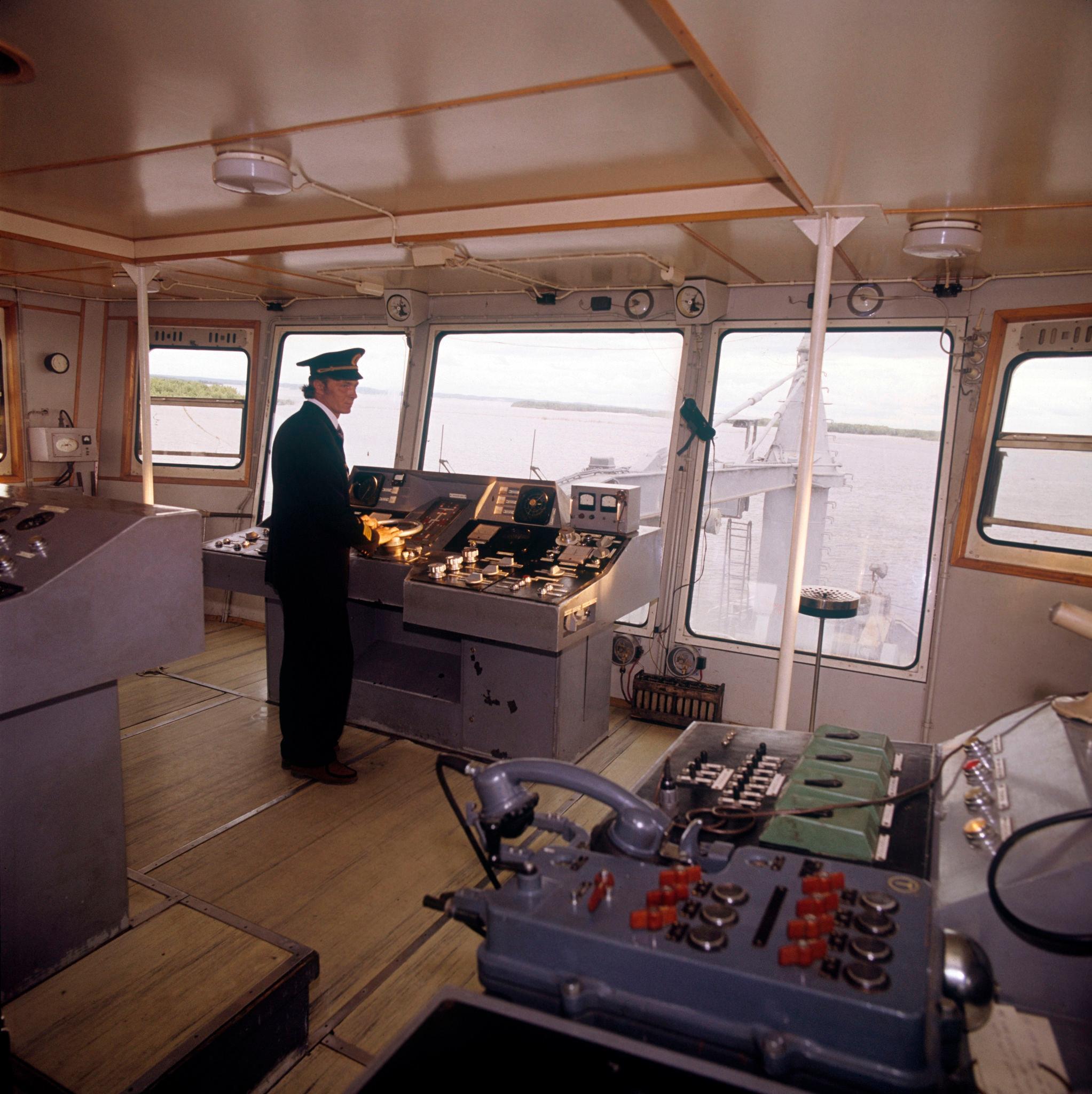 1970-е. Земснаряд Лена (плавучая машина для подводной разработки, добычи, транспортировки грунта) на реке