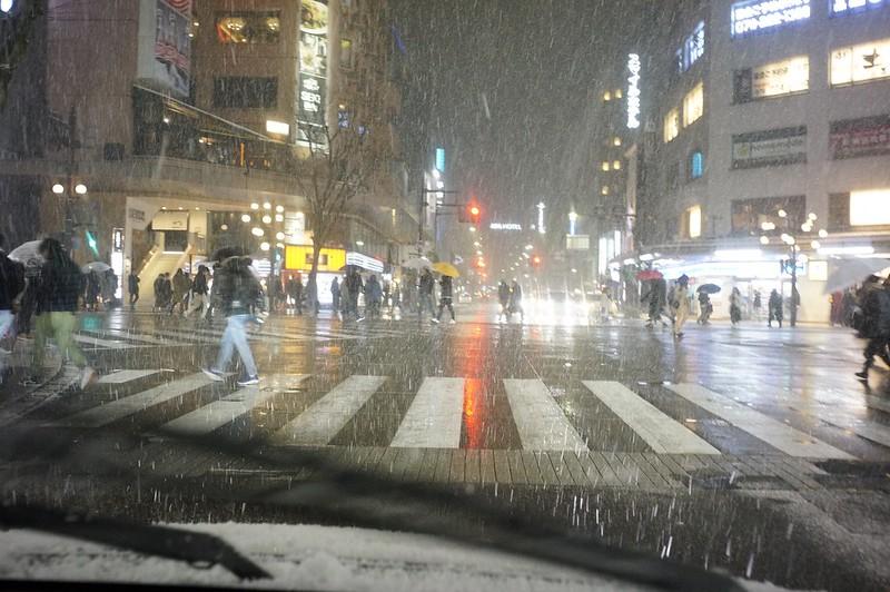 雪のスクランブル交差点