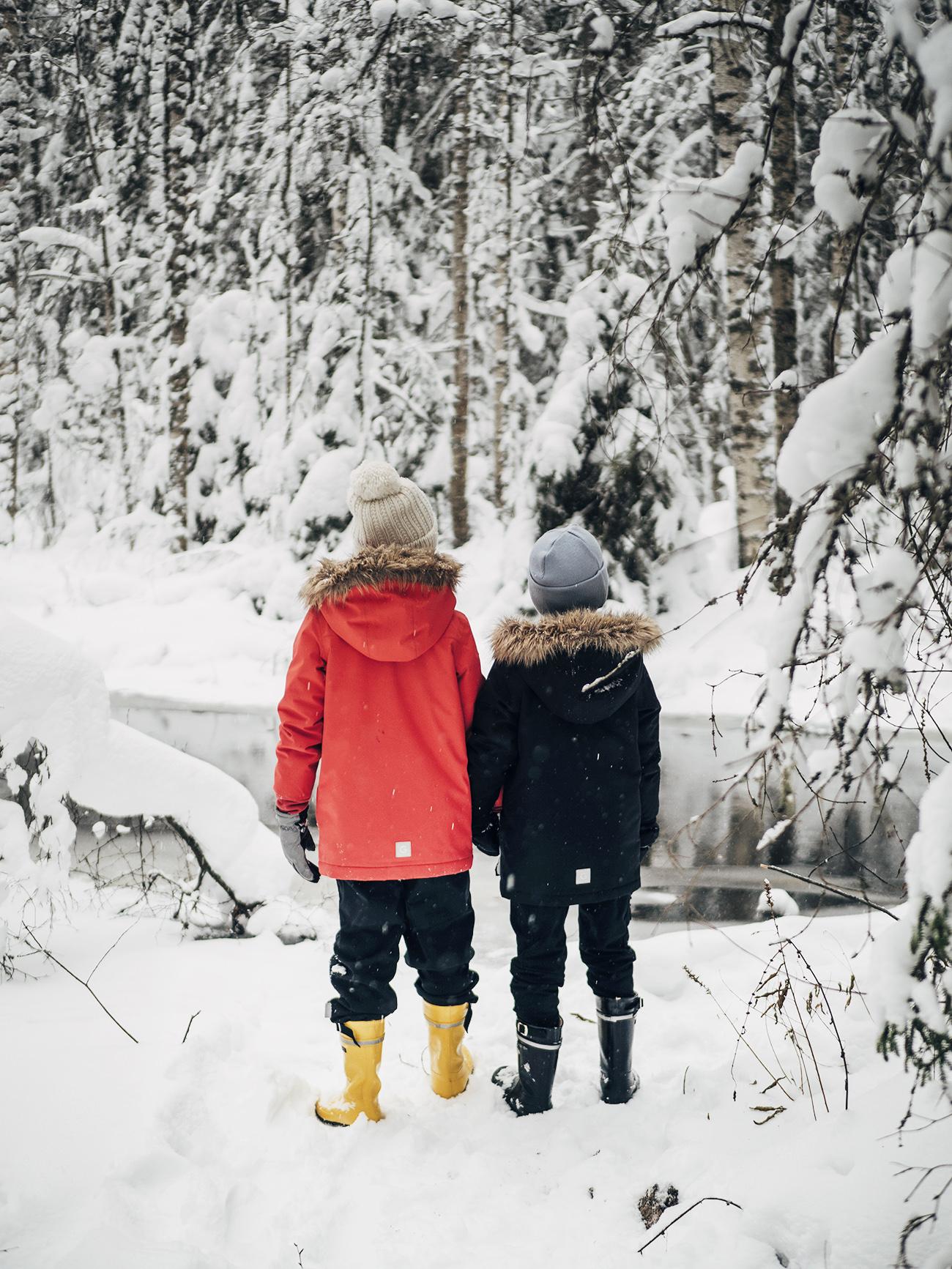 lapset_metsässä6