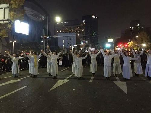아카데미느티나무 춤서클 '도시의 노마드'가 태평로 한 가운데서 춤을 추고 있다