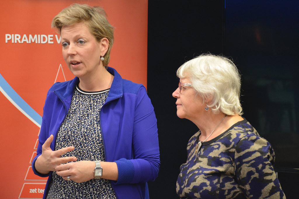 Partijvoorzitter Nelleke Vedelaar bezoekt Thialf en Philips Drachten