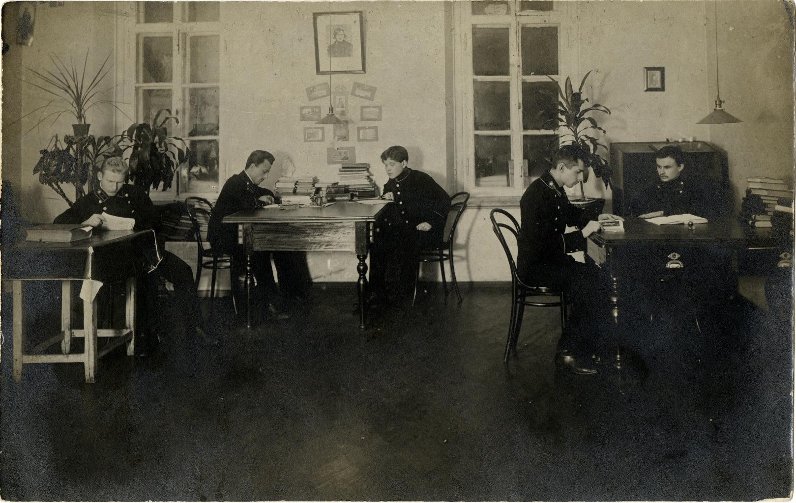Студенты Московской Духовной Академии за чтением (2)