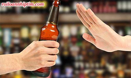 """Các hội chứng bệnh tim mạch thường xảy ra sau khi uống nhiều rượu. Vì vậy, hãy nói """"không"""" với rượu để giữ nhịp tim ổn định"""