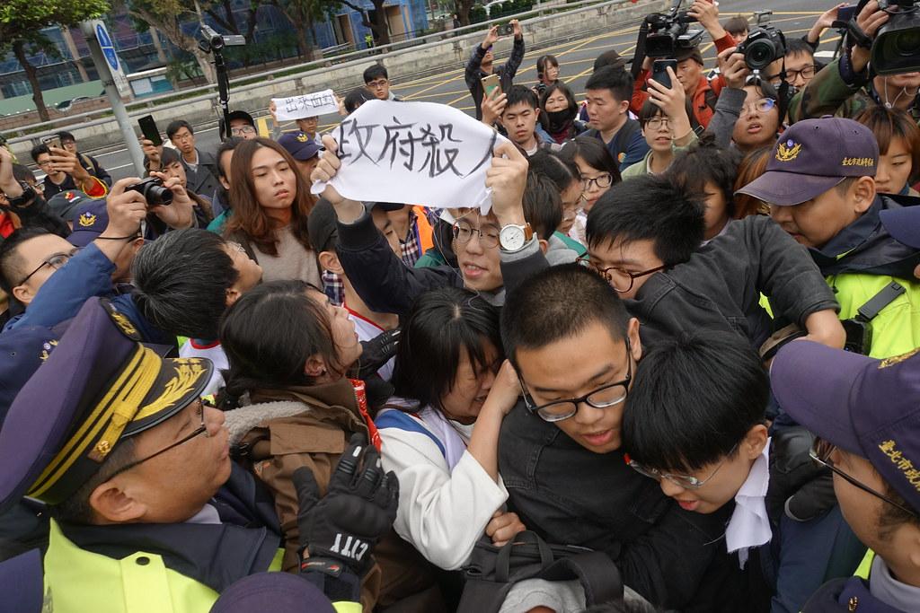 聲援學生和警方發生推擠,有學生舉著「政府殺人」布條。(攝影:張智琦)