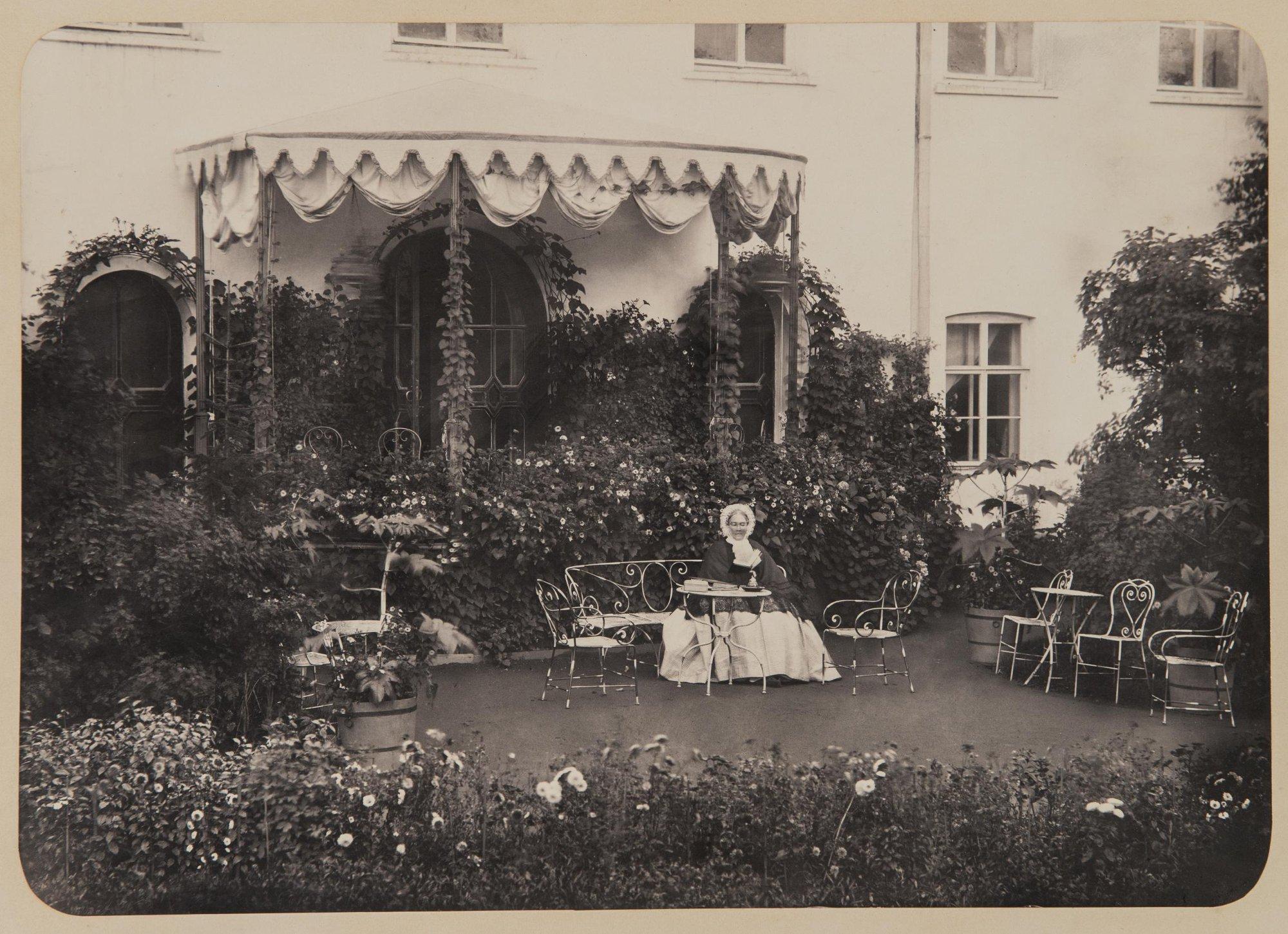 1865-1868 На террасе усадебного дома