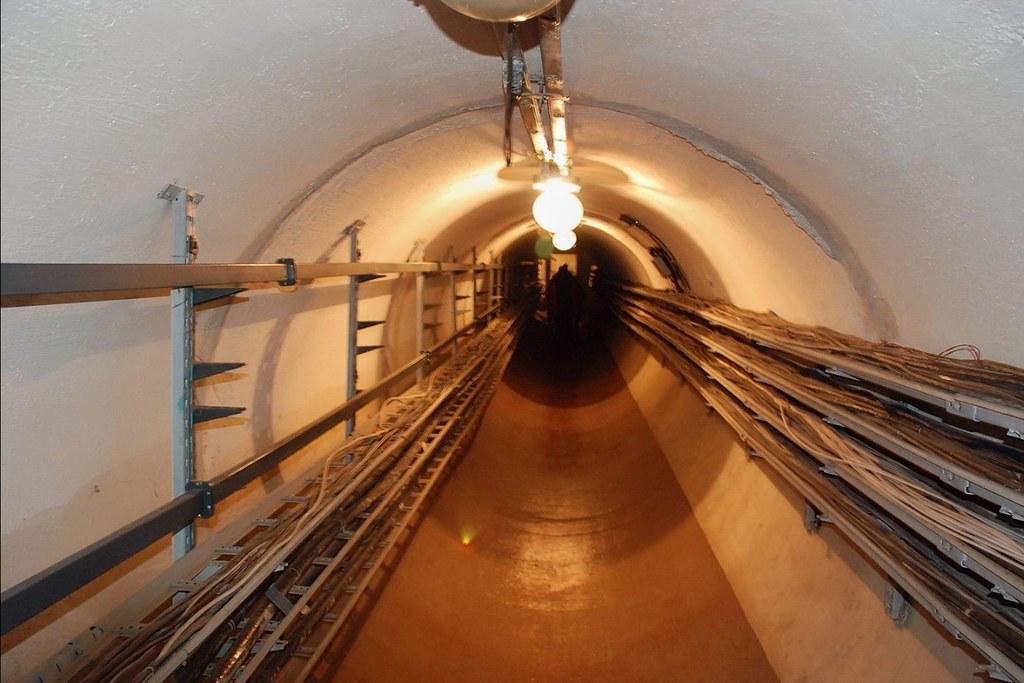 Un des tunnel du radiotelescope solaire de Badary, vallée de la Tounka © Bernard Grua
