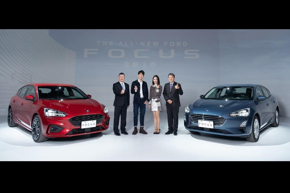 【圖一】金獎影后林依晨與影帝林柏宏擔任The All-New Ford Focus新車廣告代言人,今日出席新車發表會,與福特六和汽車總裁朱忠園(左一)、市場營銷暨客戶服務處副總經理蘇嘉明(右一)共同迎接新車出場。
