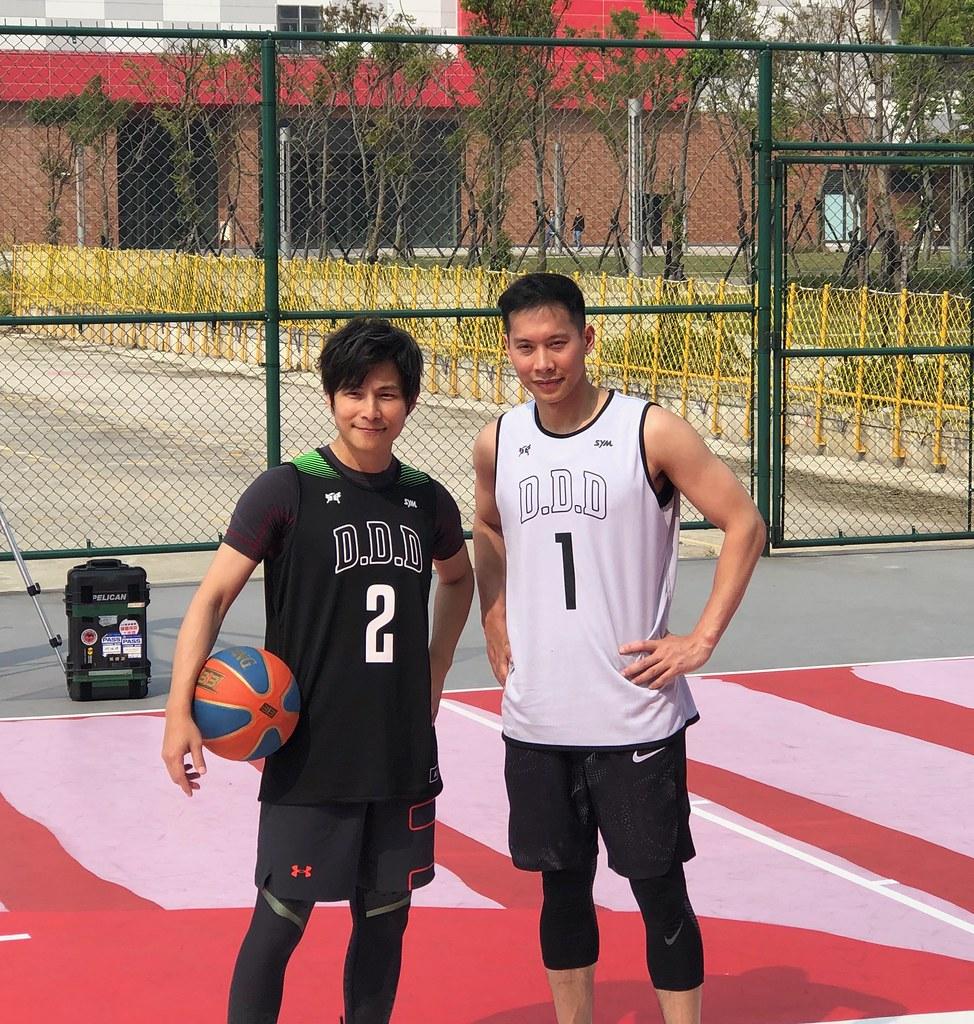 孫協志(左)、顏行書(右)SYM鬥到底城市爭霸賽站台。(黃泓哲/攝)