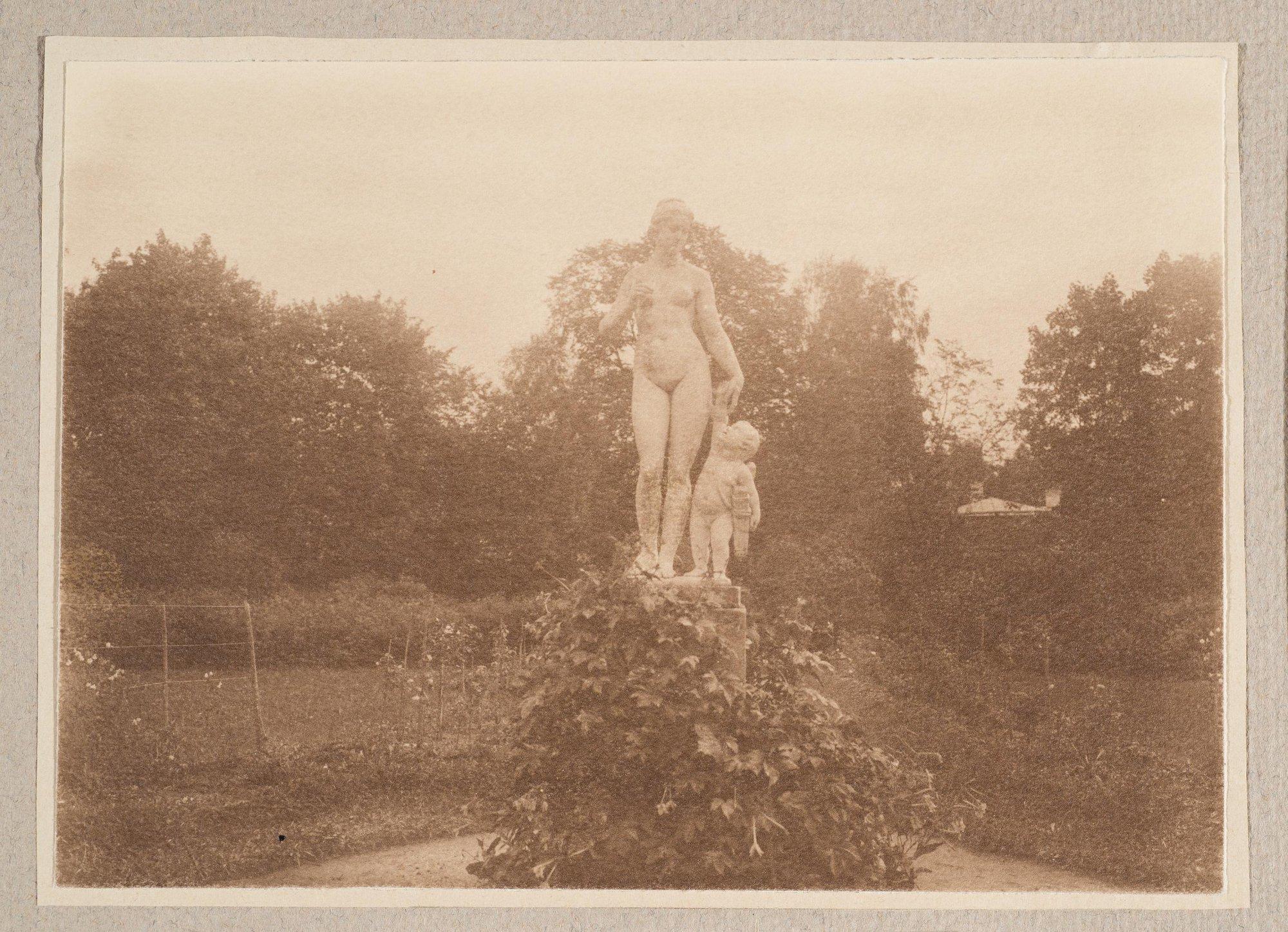 1910. Мраморная статуя «Венера и Амур» в Братцеве