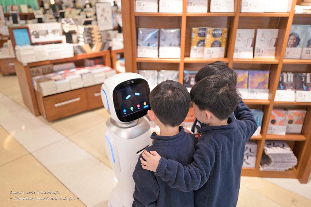 不怎么智能的导购机器人完全禁不起三个人的调戏