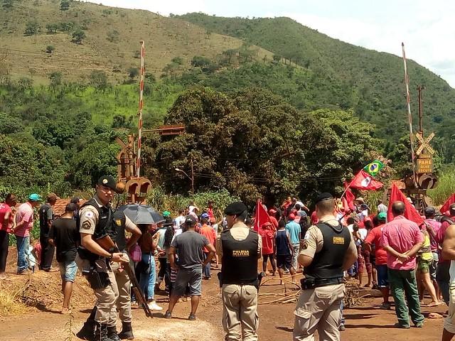 Atingidos pela Vale bloqueiam estrada contra atividade mineradora na região