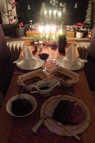 Roastbeef mit Rotweinsud, Kartoffelgratin und Rotweinschalotten (Tischbild)