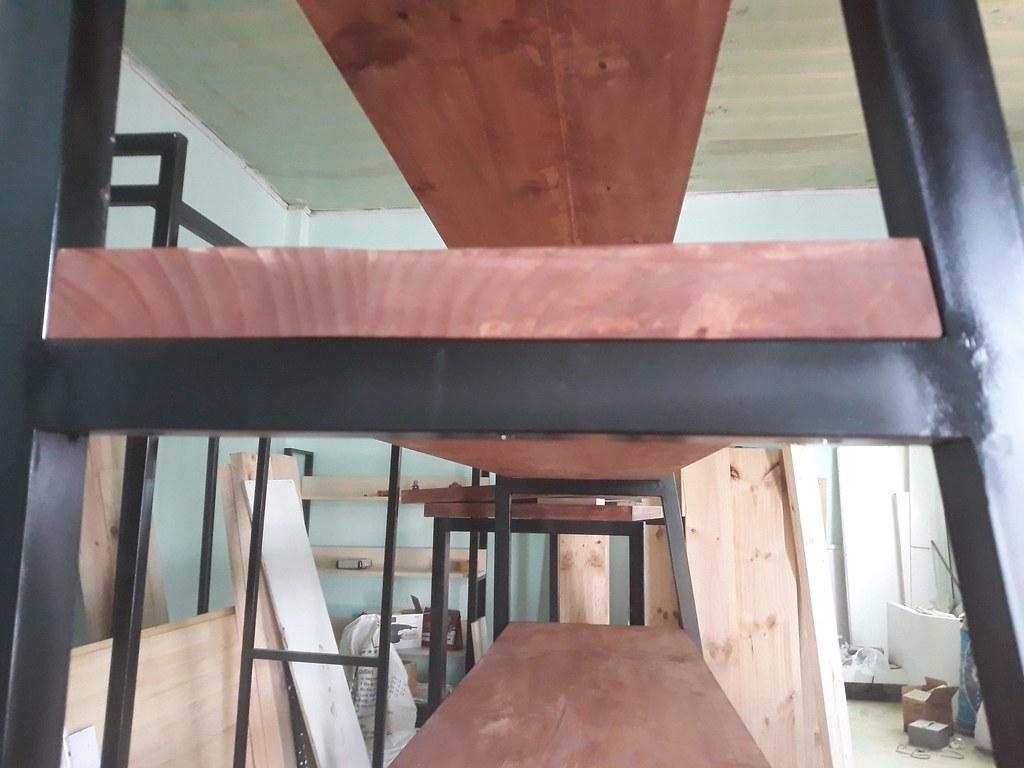 Siêu kệ khung sắt mặt gỗ thông GHZ-708 của siêu thị quà tặng Saigon Kitsch