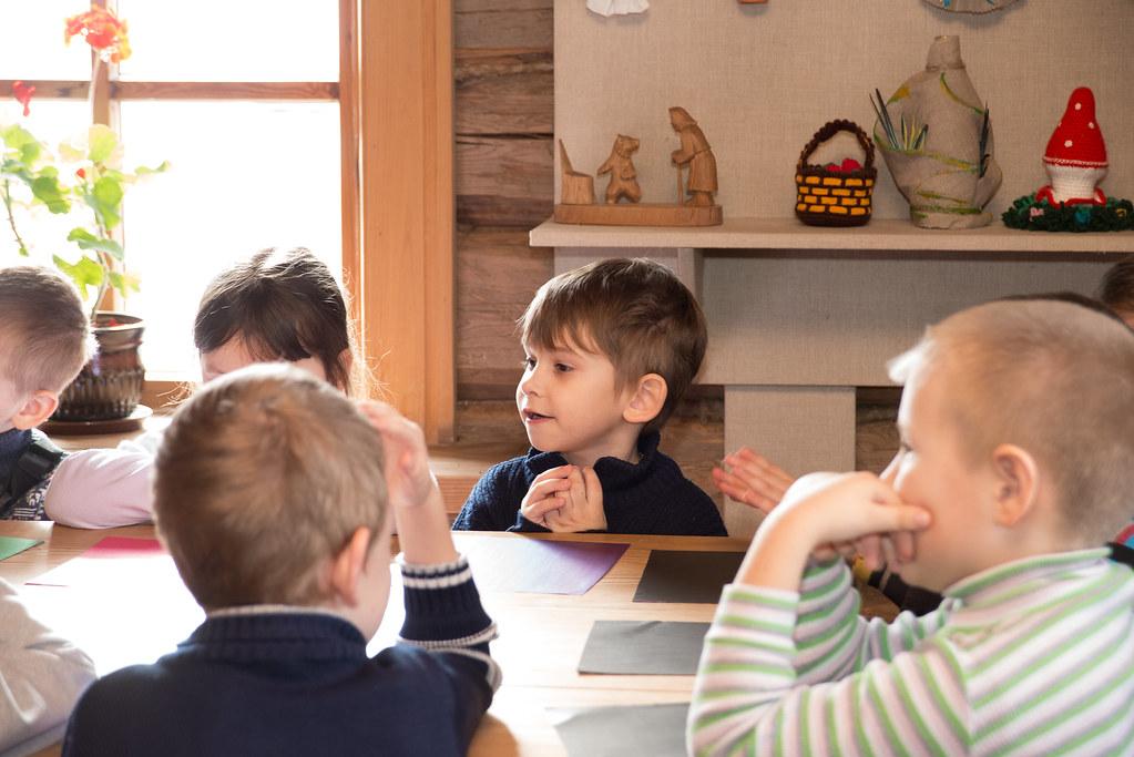 Фёдорова Мария на занятии с детьми из детского сада с. Лермонтов. Весенний праздник «Жаворонки» в музее «Тарханы» 22 марта 2019 года. Фотограф Александр Семёнов