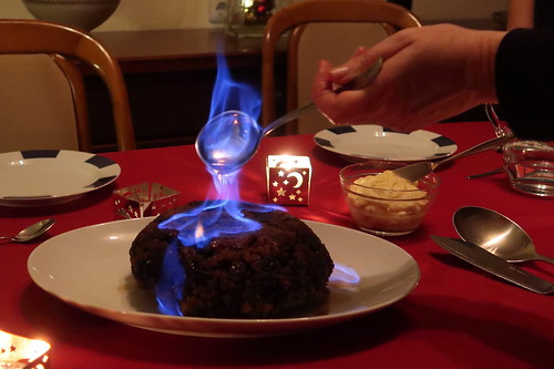 Christmas Pudding mit Brandy flambiert