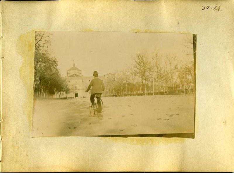 Un hombre en bicicleta en el Paseo de Merchán. Álbum con fotografías de Toledo hacia 1890. Fototeca del Museo del Ejército, signatura MUE 120476