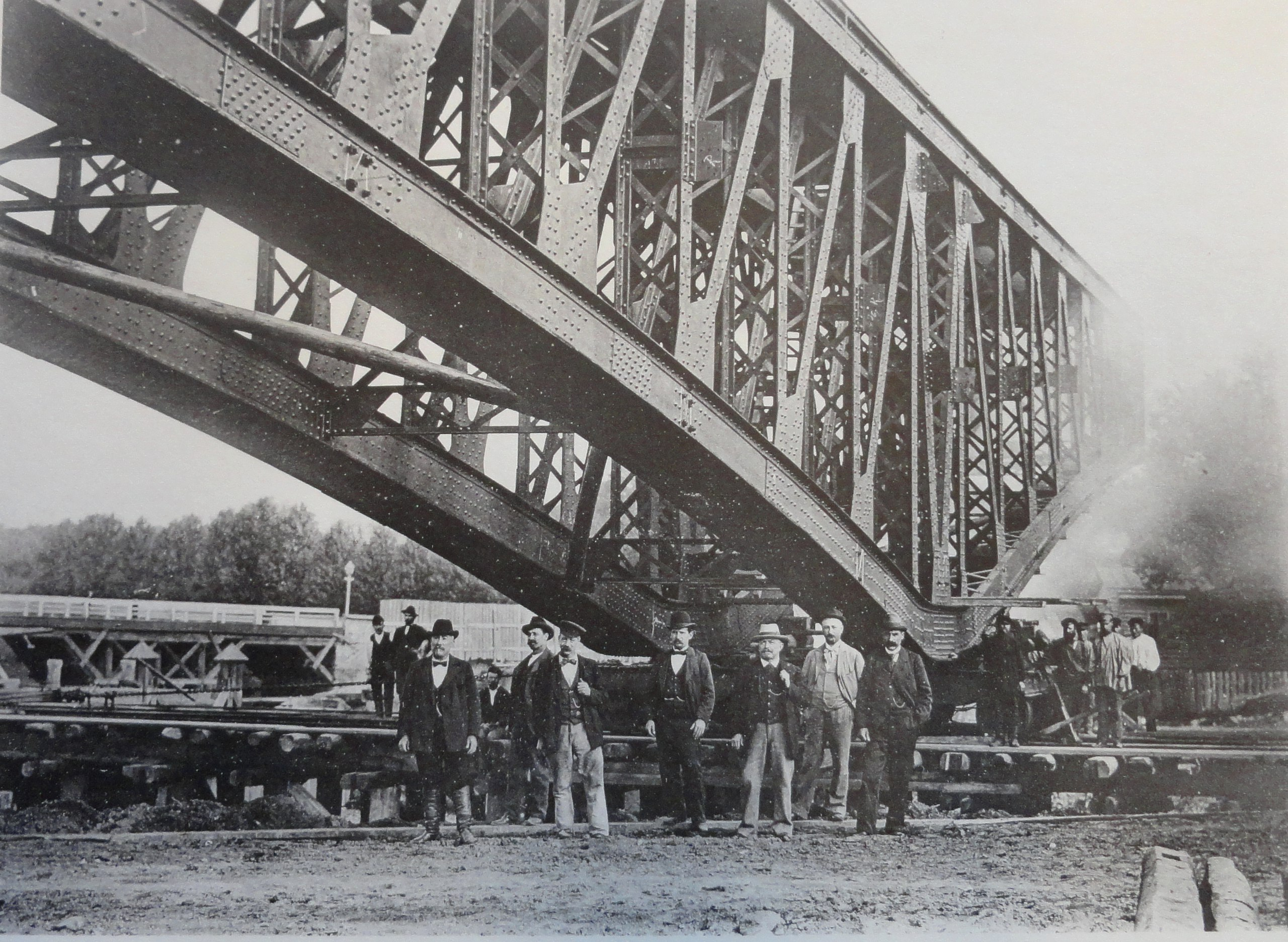 1901. Пара ферм левого крайнего пролета во время передвижения. Июль