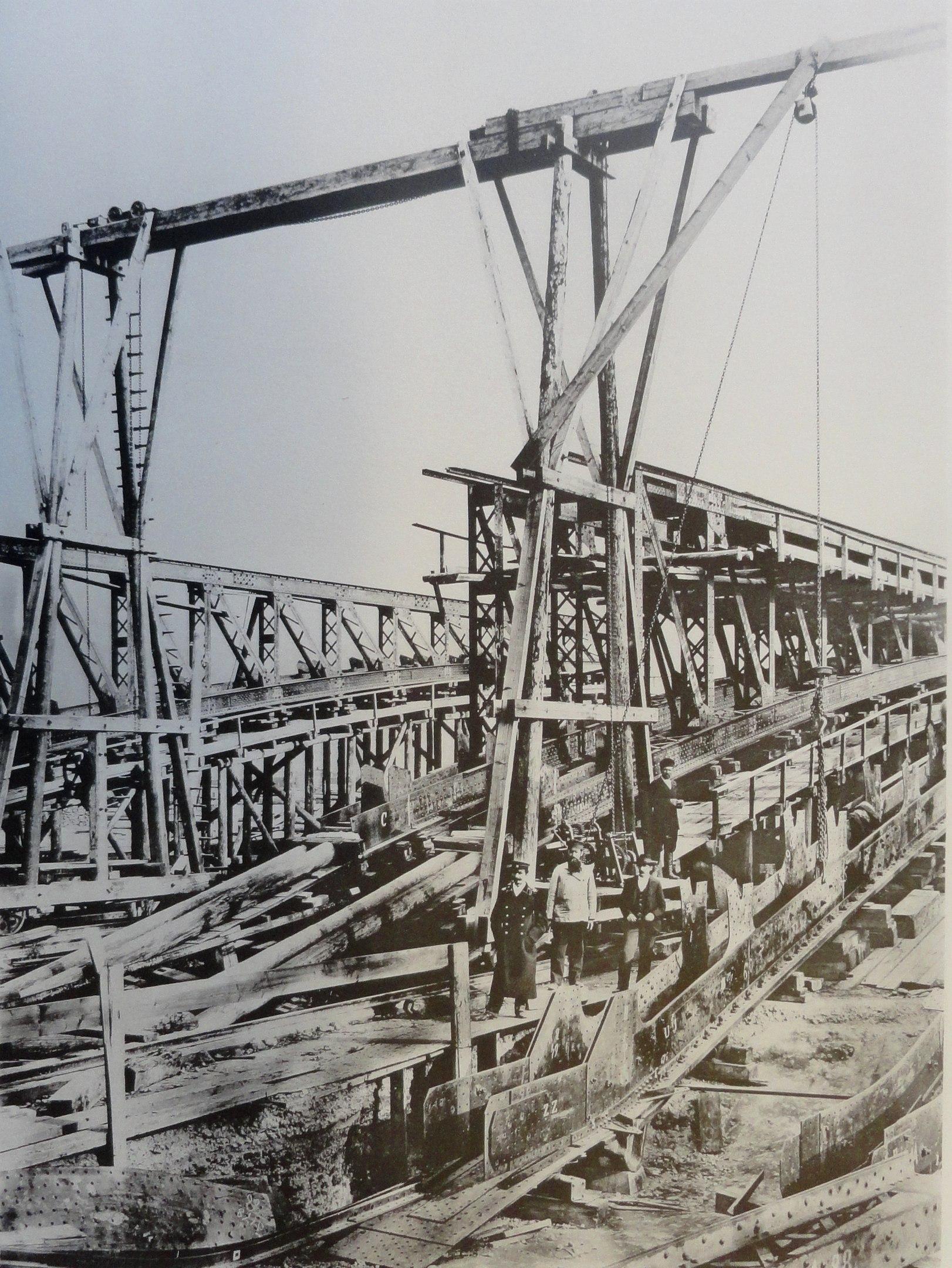 1900. Сборка ферм арочного пролета на Троицкой площади.Лето