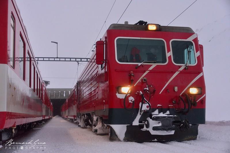 Oberalppass: le train pour Andermatt croise celui pour Disentis,  Voyage Bernard Grua - Glacier Express  - Matterhorn Gotthard Bahn