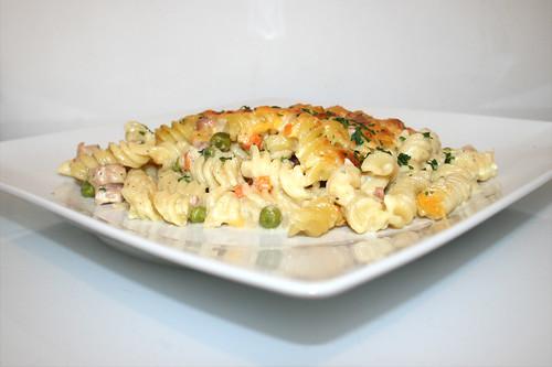 41 - Creamy ham pasta bake with sour cream - Side view / Cremiger Schinken-Nudelauflauf mit Sauerrahm - Seitenansicht