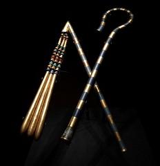Grand fléau de Toutânkhamon : manche en bronze recouvert d'or et de verre, battoir en bois doré et en cornaline, 1336-1326 av. J.-C.