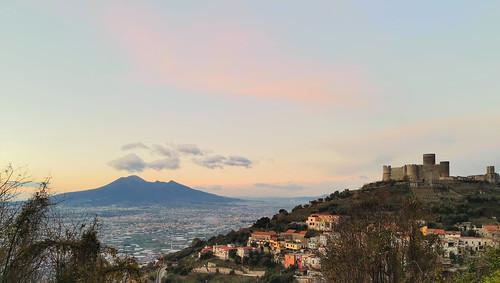 Castello di Lettere e il Vesuvio