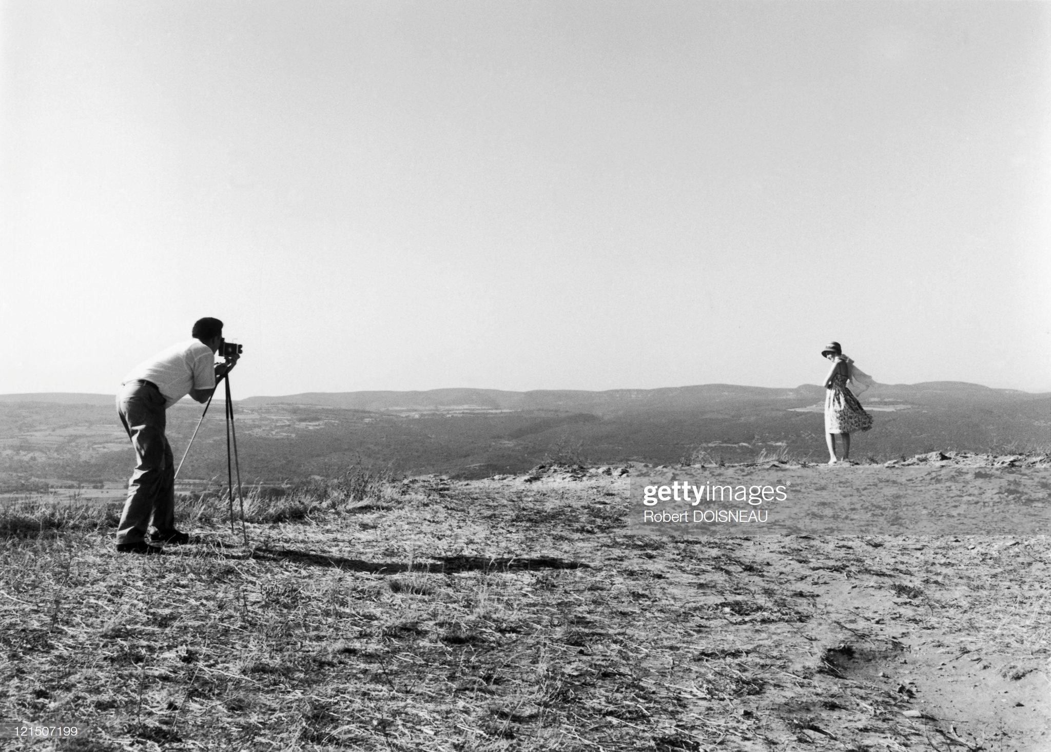 1950. Молодой человек фотографирует свою подругу на праздниках
