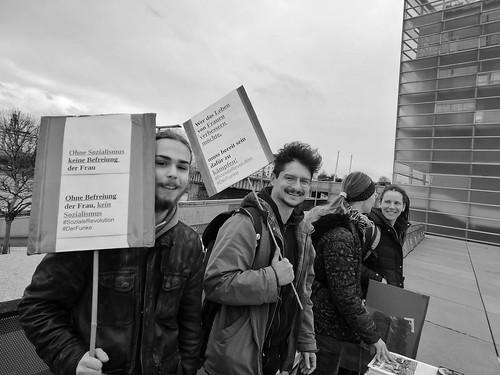 Gemeinsam mit meinen GenossInnen vom Funken und neuen AktivistInnen kämpfte ich beim Weltfrauentag in Linz für die Befreiung der Frau vom Kapitalismus und vom Patriachat. Unsere Regierung (Schwarz-Blau) und unser Wirtschaftssystem beutet täglich Frauen al