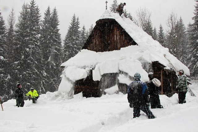 Čistenie striech historických dreveníc vSkanzene Vychylovka