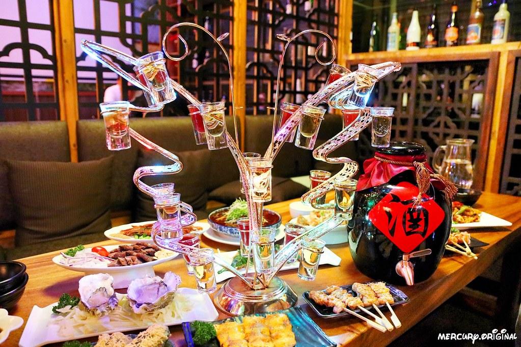 47255427301 260e207181 b - 熱血採訪|台中壽星限定超浮誇七彩蝴蝶酒,還有5公升大酒甕你敢來挑戰嗎?