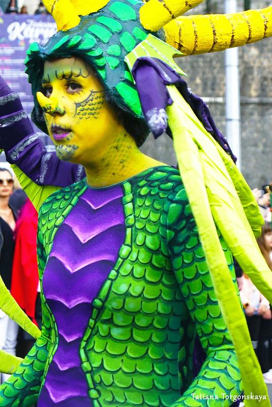 Девушка в костюме дракона