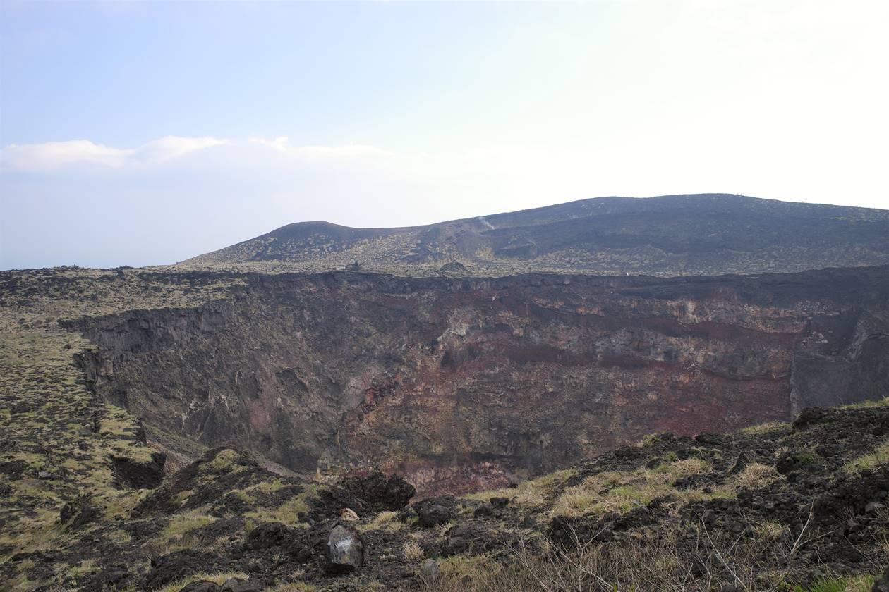 伊豆大島・三原山ハイキング 火口展望台からの火口と外輪