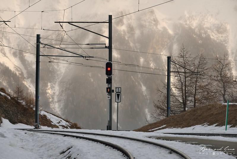 Après l'Alp Grüm, la voie semble plonger vers l'abîme, Bernina Express par Bernard Grua - Rhätische Bahn, Chemins de fer rhétiques