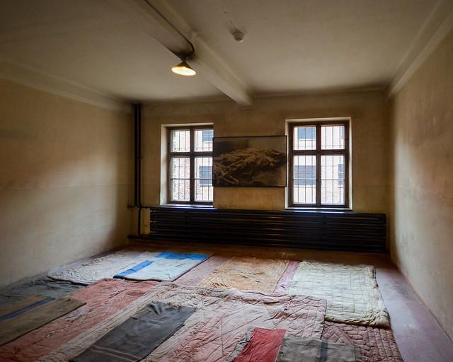 Habitaciones con camas del campo Auschwitz I en Polonia