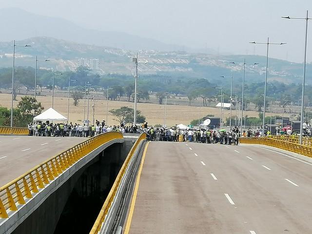 Militares leais a Maduro tentam conter as investidas colombianas em Táchira