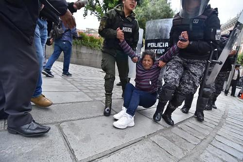 mujeres huanuni policia plaz murillo  50644829_2061834710581379_1389560540325478400_n