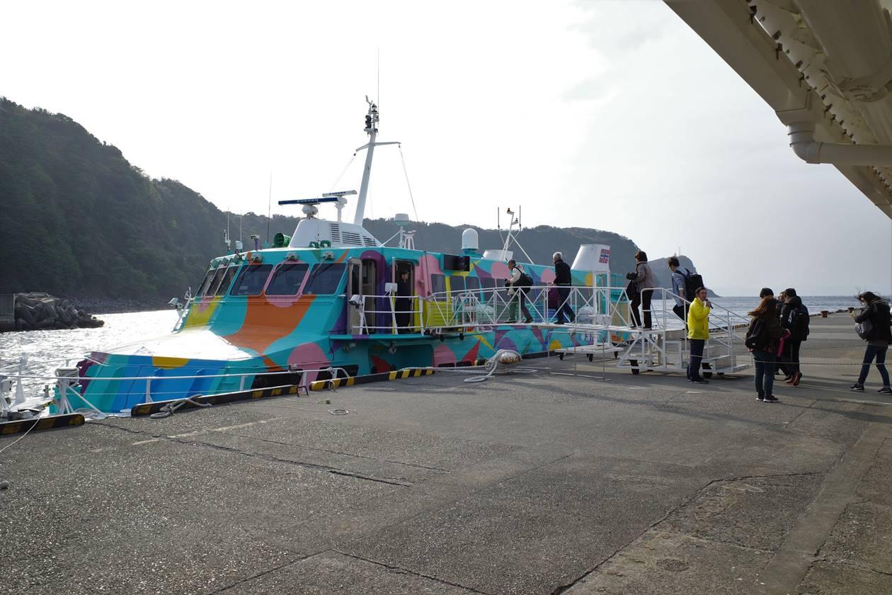 伊豆大島・岡田港からジェット船で竹芝桟橋へ
