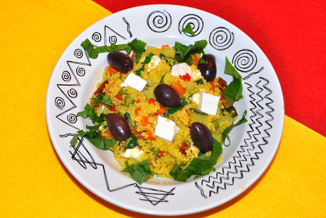 Es ist Bärlauchzeit: Buntes Gemüse-Bärlauch-Hirsotto mit Schafskäse und schwarzen Oliven ... Foto: Brigitte Stolle
