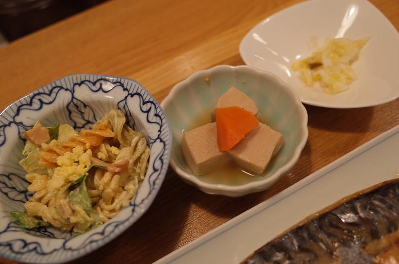市ヶ谷ごはんなる川塩さば焼き定食の小鉢 マカロニサラダ 高野豆腐 白菜のお新香