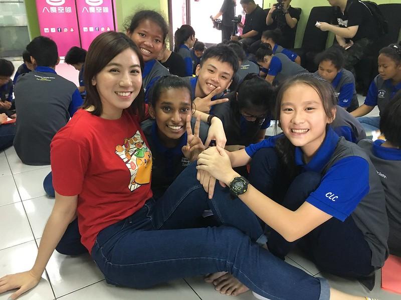 Pauline Tan bersama penghuni Yayasan Sunbeams Home