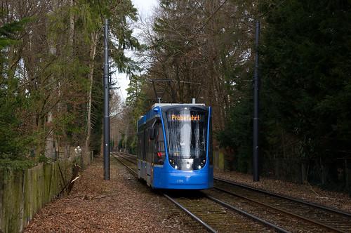 Probefahrt nach Grünwald: T2-Wagen 2701 erreicht die Haltestelle Ludwig-Thoma-Straße