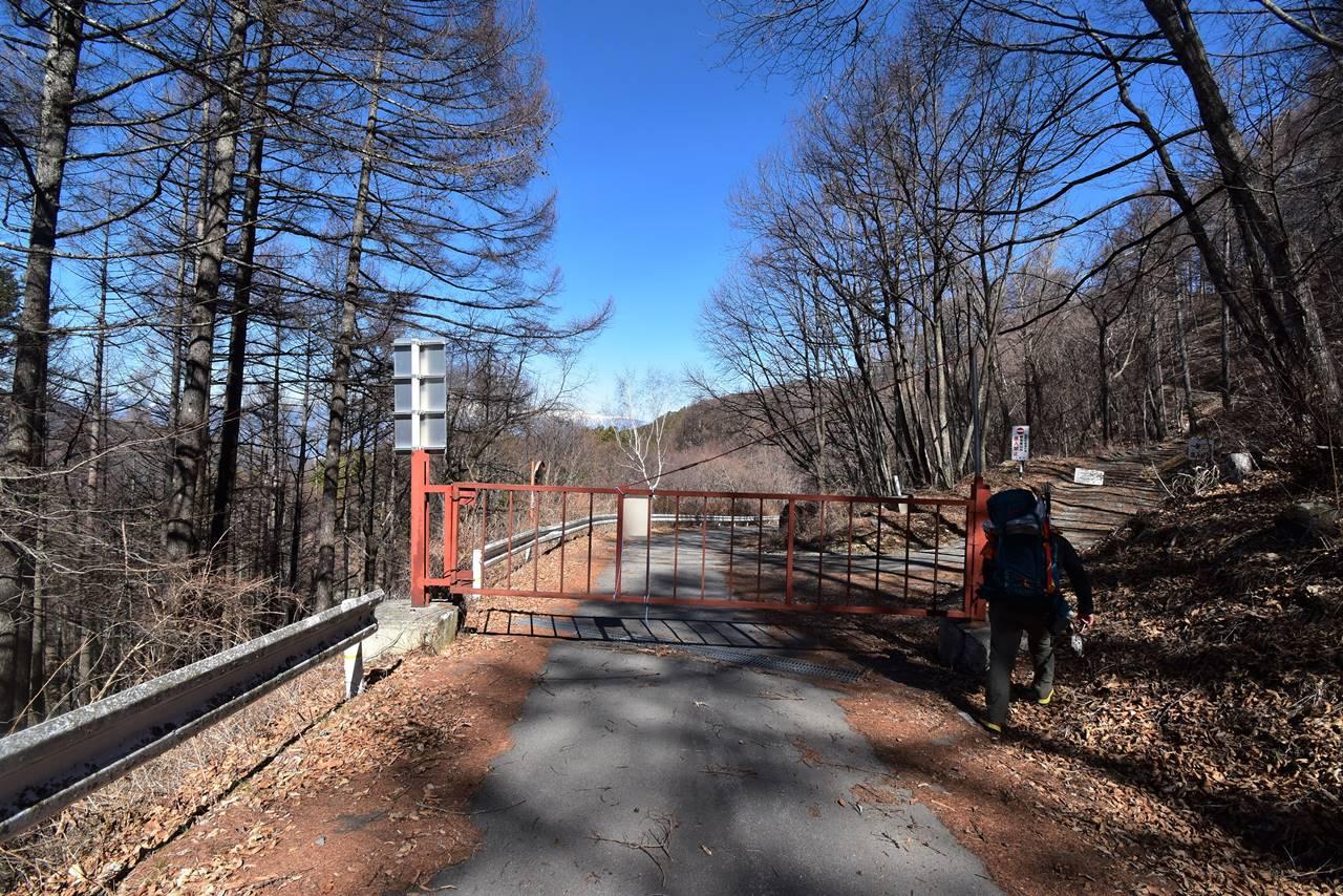 鳥倉林道冬季ゲート
