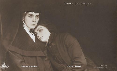 Pauline Brunius and Jessie Wessel in Thora van Deken