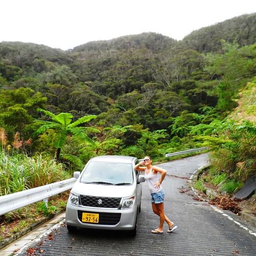Jessica im Norden von Okinawa mit Auto