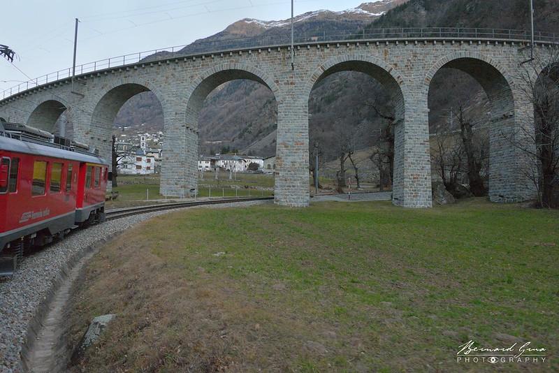 Approche du viaduc hélicoïdal de Brusio par l'aval - Bernina Express -  Voyage Bernard Grua - Rhätische Bahn, Chemins de fer rhétiques