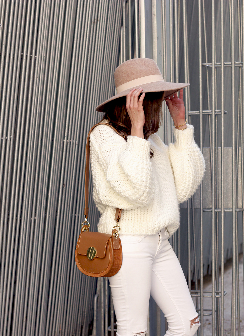white outfit  beige hat beige bag street style casual outfit 20197