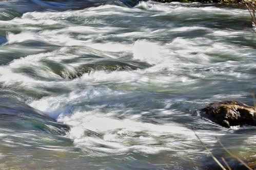 La vida es como un río. No puedes tocar el mismo agua dos veces, porque la corriente que ya pasó no volverá a pasar. Disfruta cada momento de tu vida.